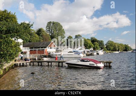 Famille touristiques boat landing jetées sur les hangars à bateaux à Windermere, Waterhead Ambleside dans le Lake Banque D'Images