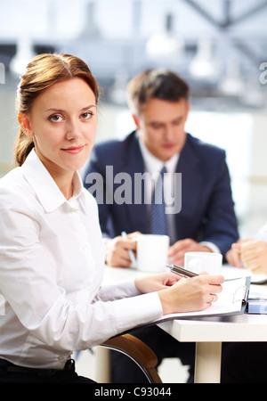 Portrait de jeune secrétaire de prendre des notes et looking at camera Banque D'Images