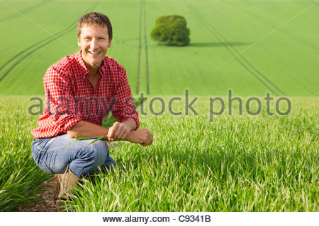 Portrait of smiling farmer in field Banque D'Images