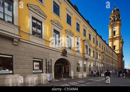 Street View de Theatinerstrasse et Theatine Church St. Cajetan, Munich, Bayern, Allemagne. Banque D'Images