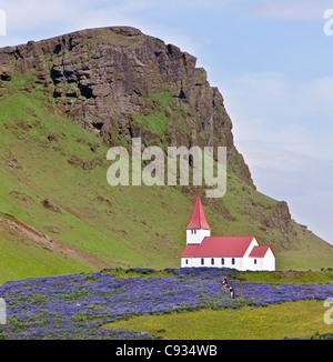 L'église à Vik. La ville se trouve directement sous le glacier Myrdalsjokull, qui est lui-même au sommet de Volcan Banque D'Images