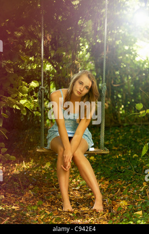 Teenage Girl on Swing Banque D'Images