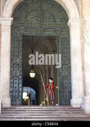 Soldats suisses de la Garde suisse à la porte de la Basilique Saint-Pierre, Vatican, Rome, Latium, Italie, Europe Banque D'Images