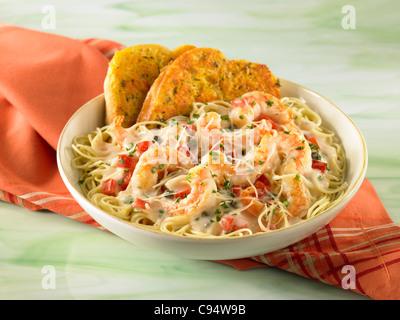 Langoustines Crevettes pâtes servis avec du pain à l'ail Banque D'Images