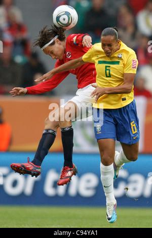 Ingvild Stensland capitaine de l'équipe de Norvège (L) et Rosana du Brésil (R) pour un saut lors d'un en-tête 2011 Banque D'Images