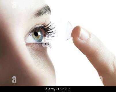 L'utilisation de lentilles de contact. Woman putting dans une lentille de contact.
