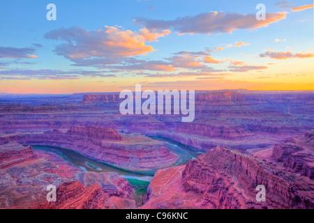Dead Horse Point au coucher du soleil, Dead Horse Point State Park, Utah, Colorado River, à la recherche dans Canyonlands Banque D'Images