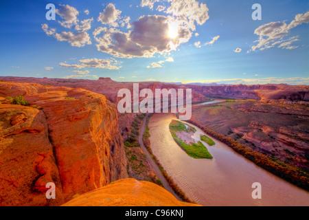 Vue sur la rivière Colorado près de Moab, Utah, Hell's Revenge Glen Canyon Trail murs de grès Banque D'Images