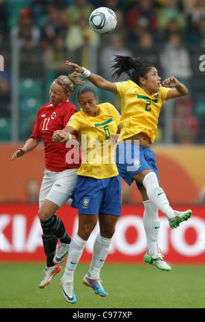 Leni Larsen Kaurin de Norvège (L) et le Brésil joueurs Rosana (C) et (R) Maurine jump pour la balle lors d'un match Banque D'Images