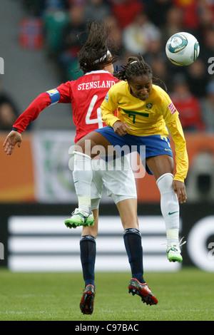 Ingvild Stensland de Norvège (L) et l'Ester du Brésil (R) concours une balle au cours d'une Coupe du Monde 2011 Banque D'Images