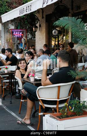 Les jeunes gens assis à etz sus dans le quartier branché de Cafe Sheinkin street, Tel Aviv, Israël. Banque D'Images