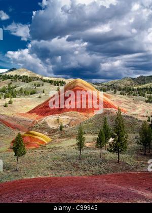 Red Hill et les nuages. Collines peintes, John Day Fossil jumeaux National Monument, Colorado
