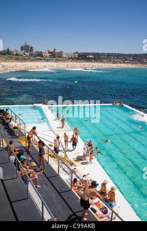 Les nageurs à la piscine Icebergs de Bondi, également connu sous le nom de thermes de Bondi. Bondi Beach, Sydney, Banque D'Images