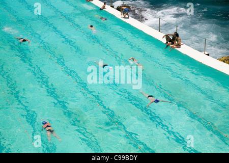 Les nageurs à l'Icebergs de Bondi piscine, également connu sous le nom de thermes de Bondi. Bondi Beach, Sydney, Banque D'Images