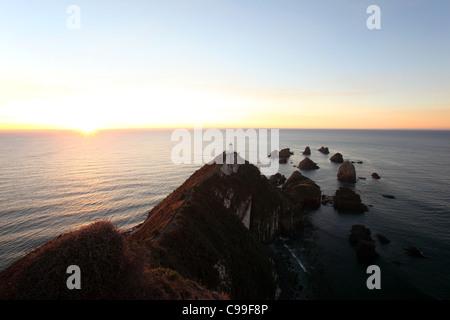 Lever du soleil à Nugget Point, Catlins, Otago, Nouvelle-Zélande, Australie Banque D'Images