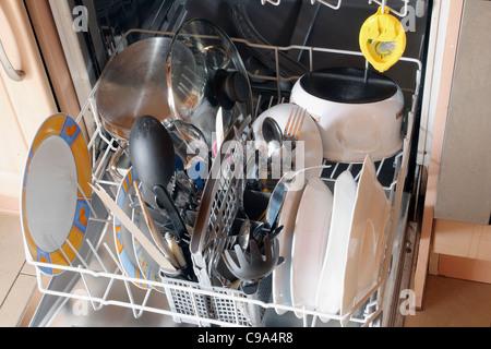 La vaisselle sale dans le lave-vaisselle Banque D'Images