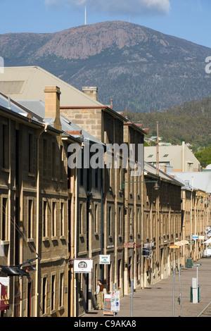 L'architecture coloniale de Salamanca Place avec Mount Wellington dans l'arrière-plan. Hobart, Tasmanie, Australie Banque D'Images