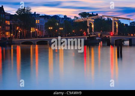 Blue Hour Amsterdam avec la vue sur le pont Magere Brug (Skinny) après le coucher du soleil.