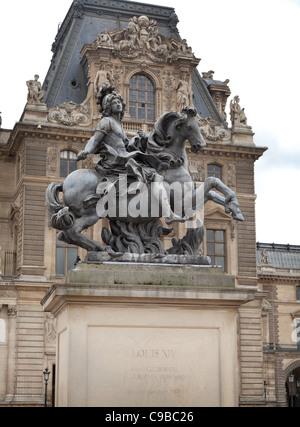 Louis XIV statue équestre sur socle, la cour centrale du Louvre, Paris, France Banque D'Images
