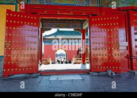 Portes rouges avec Lucky Nombre de goujons, Temple du Ciel, Beijing, Chine Banque D'Images