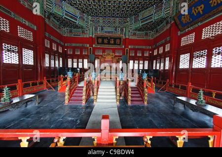 Le trône de l'empereur à l'intérieur de la salle de conférence (Biyong) Imperial College, Beijing, Chine Banque D'Images