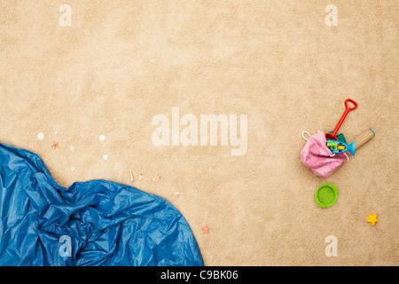 L'Allemagne, des jouets de plage et des vagues sur la plage Banque D'Images