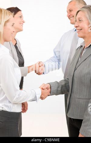 Partenaires d'affaires fermer traiter avec succès les gens heureux accord shaking hands
