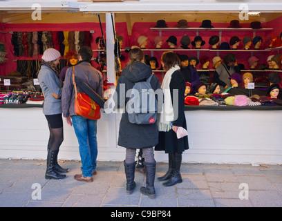 Paris, France, les jeunes femmes magasiner dans le marché de Noël des champs-Élysées, Chapeaux, vendeurs de rue, Banque D'Images