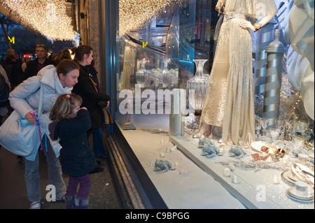 ... Paris, France, les familles à la recherche dans le grand magasin le  printemps, 4ce06d8c694