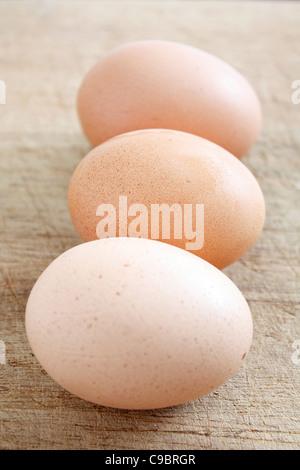 Des œufs sur une surface en bois Banque D'Images