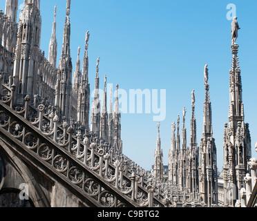 La cathédrale de Milan, le Duomo di Milano, en façade avec spires Banque D'Images