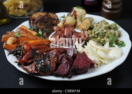 Une plaque de style italien Antipasti avec courgettes, champignons, pommes de terre, aubergine, l'oignon et l'Ail Banque D'Images