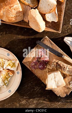 Une cuisine typiquement italienne, salami, bruschetta, pain, fromage, huile d'olive, sur une table de bois rustique, Banque D'Images