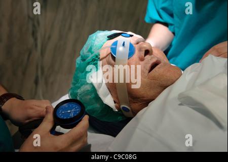 La préparation du patient pour la chirurgie oculaire - dépose de la cataracte