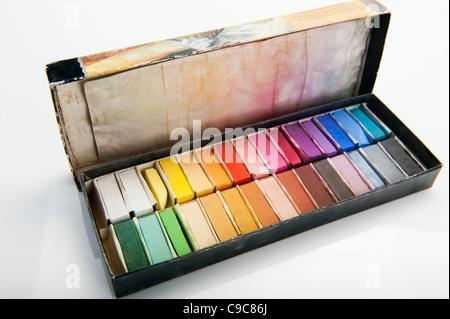 Une boîte ouverte de pastels de l'artiste Banque D'Images
