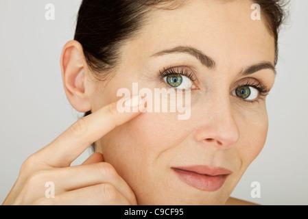 Woman touching face, portrait Banque D'Images