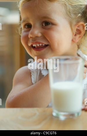 Petite fille profiter de verre de lait