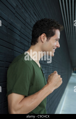 Smiling man holding up fist Banque D'Images