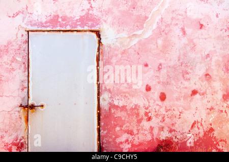 Méditerranée rose grunge porte et mur avec texture weathered Banque D'Images