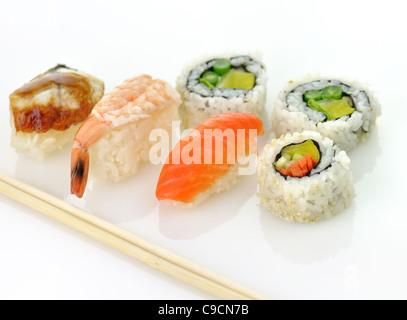 Assortiment de sushi sur fond blanc , close up Banque D'Images