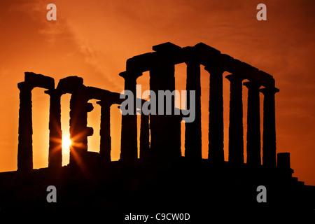 Le Temple de Poséidon (ancien dieu de la mer, selon la mythologie grecque classique) au Cap Sounion, autour de coucher Banque D'Images