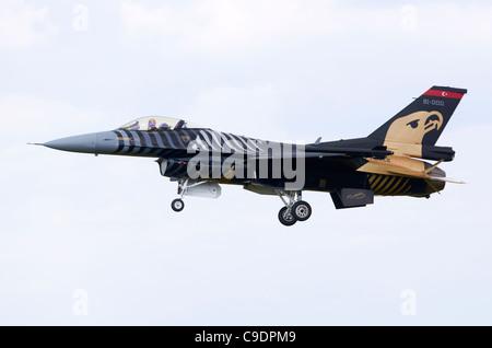 TUSAS F-16CG nuit pèlerin variante du F-16 Falcon, exploité par l'armée de l'air turque, en approche pour l'atterrissage à RAF Fairford