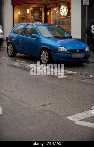 4 janvier 2012. Voiture stationnée illégalement dans une mobilité bay dans les rues d'Aberystwyth, Pays de Galles, Banque D'Images