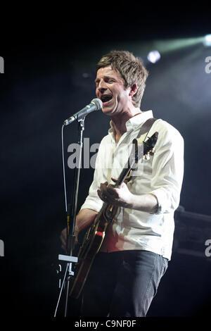Noel Gallagher et le High Flying Birds effectuant au Big Day Out, Melbourne, le 29 janvier 2012. Banque D'Images
