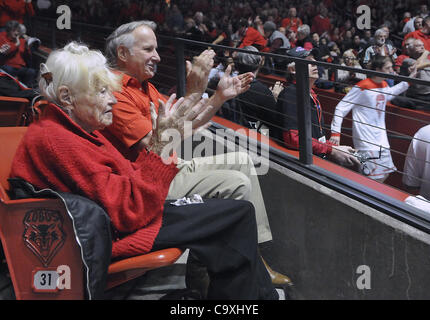 29 février 2012 - Albuquerque, NM, États-Unis - Pat Sahd et son fils Ted Sahd applaudir comme l'équipe est à la Banque D'Images