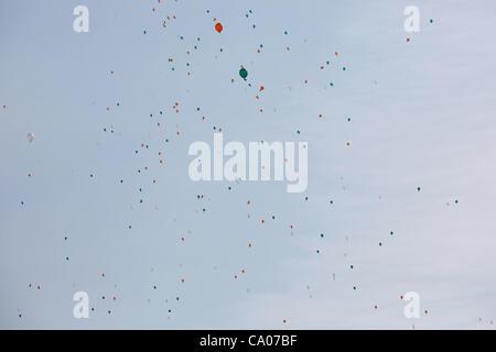 Des centaines de blanc orange et vert ballons sont libérés dans le ciel pendant la parade de la St Patrick à Birmingham UK..