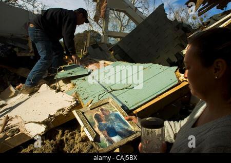 LEDE - Christina Lohrey tient son 11-year-old photo de mariage que son mari, Tim, juste creusé sous les décombres Banque D'Images