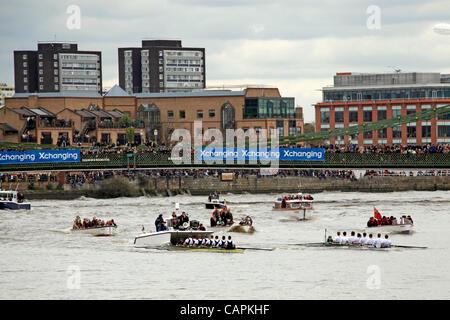 L'Oxford et Cambridge bateaux passant Hammersmith Bridge au cours de la 158e course de bateaux de l'Université d'échange, Londres