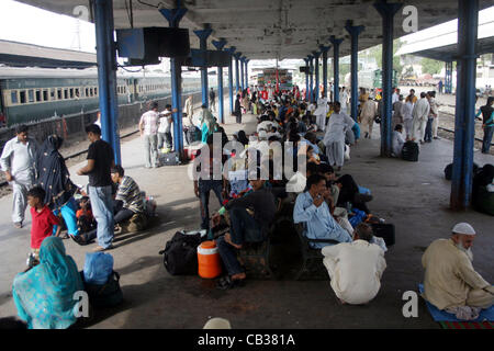 Les familles, y compris les femmes et les enfants en attente à la plate-forme de l'Acitn Karachi Station comme les Banque D'Images