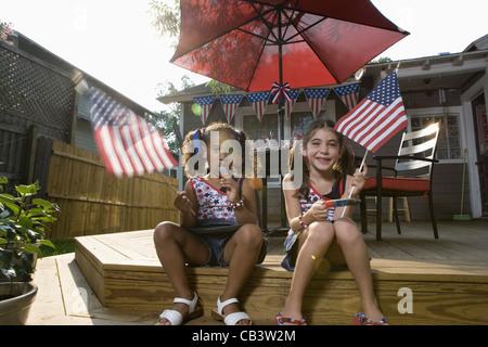 Deux petites filles dans la cour célébrant le 4 juillet Banque D'Images